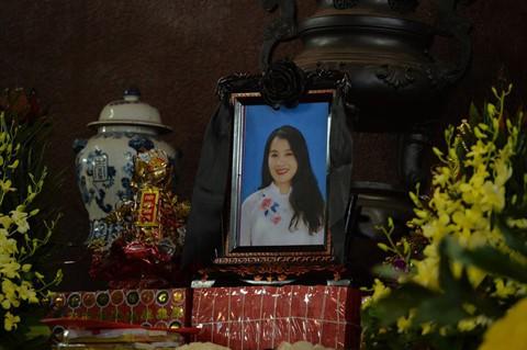 Xuân Bắc và nghệ sĩ nhà hát viếng đồng nghiệp vụ tai nạn hầm Kim Liên - Ảnh 1.