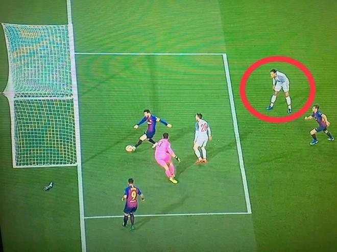 Hậu vệ hay nhất thế giới cầu cứu đồng đội khi đối mặt Messi - Ảnh 2.