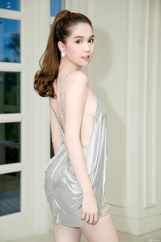 Trước LHP Cannes 2019, Ngọc Trinh cũng từng bị ném đá vì những chiếc váy mặc như không mặc - Ảnh 12.