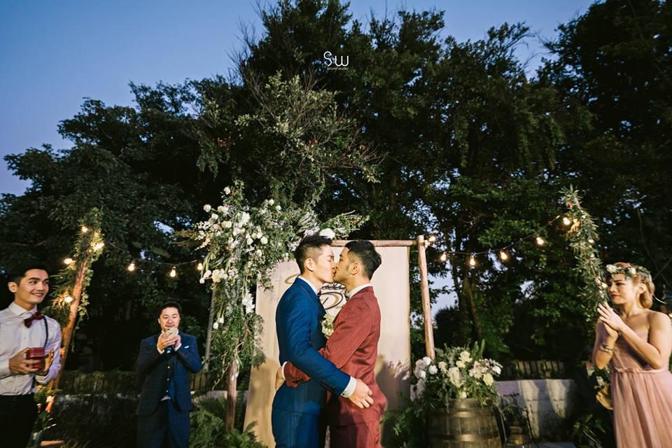 Hình ảnh đám cưới đẹp như trong mơ của cặp đôi đồng tính nam khiến nhiều người ghen tị - Ảnh 13.