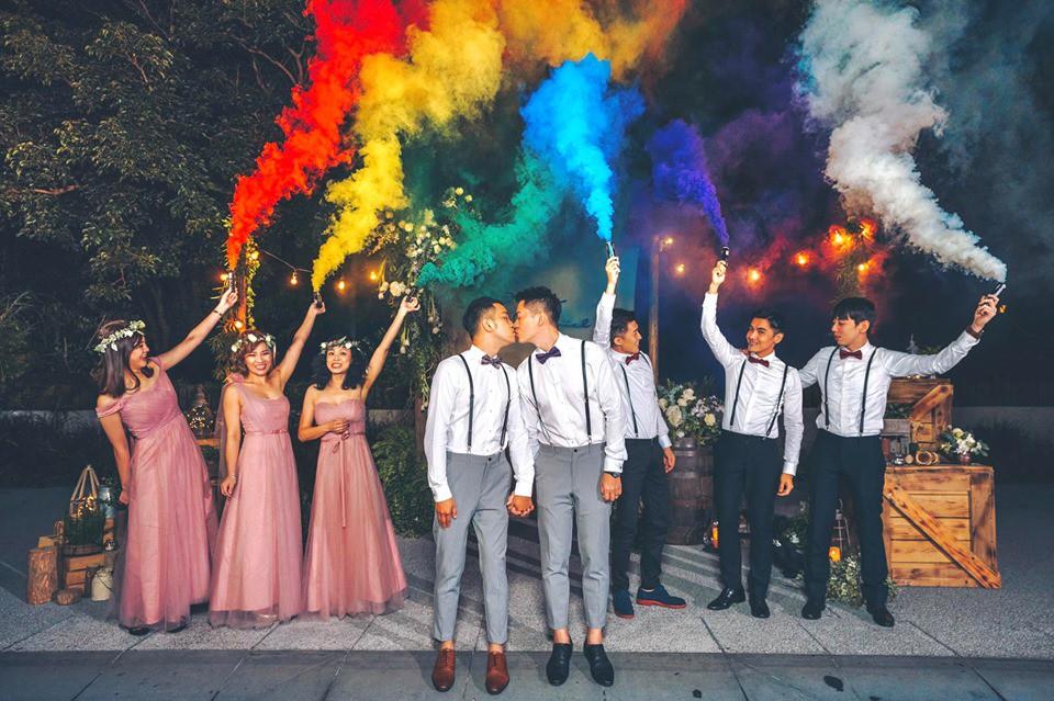 Hình ảnh đám cưới đẹp như trong mơ của cặp đôi đồng tính nam khiến nhiều người ghen tị - Ảnh 1.