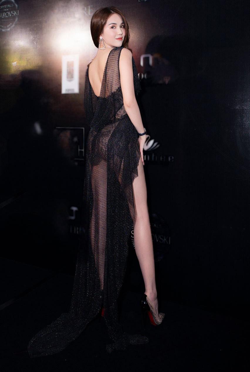 Trước LHP Cannes 2019, Ngọc Trinh cũng từng bị ném đá vì những chiếc váy mặc như không mặc - Ảnh 6.