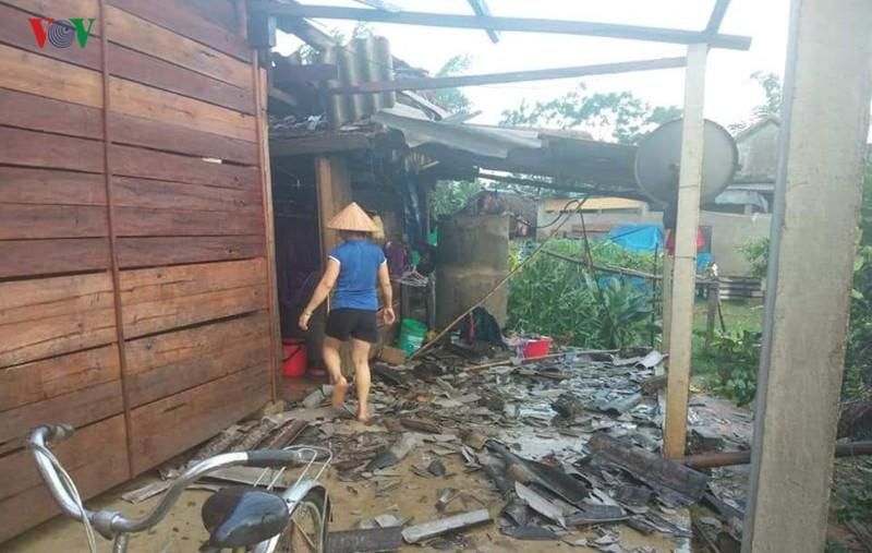 Mưa đá, lốc xoáy gây thiệt hại nặng nề tại Nghệ An, Hà Tĩnh - Ảnh 1.