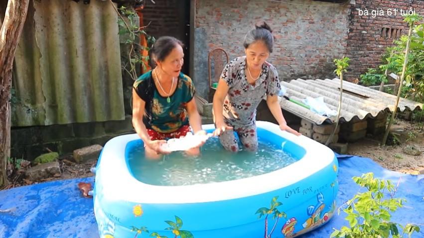 Sốc: Bà già 61 tuổi tắm nước đá lạnh giữa trời nắng nóng gần 50 độ chỉ để câu view trên YouTube - Ảnh 1.