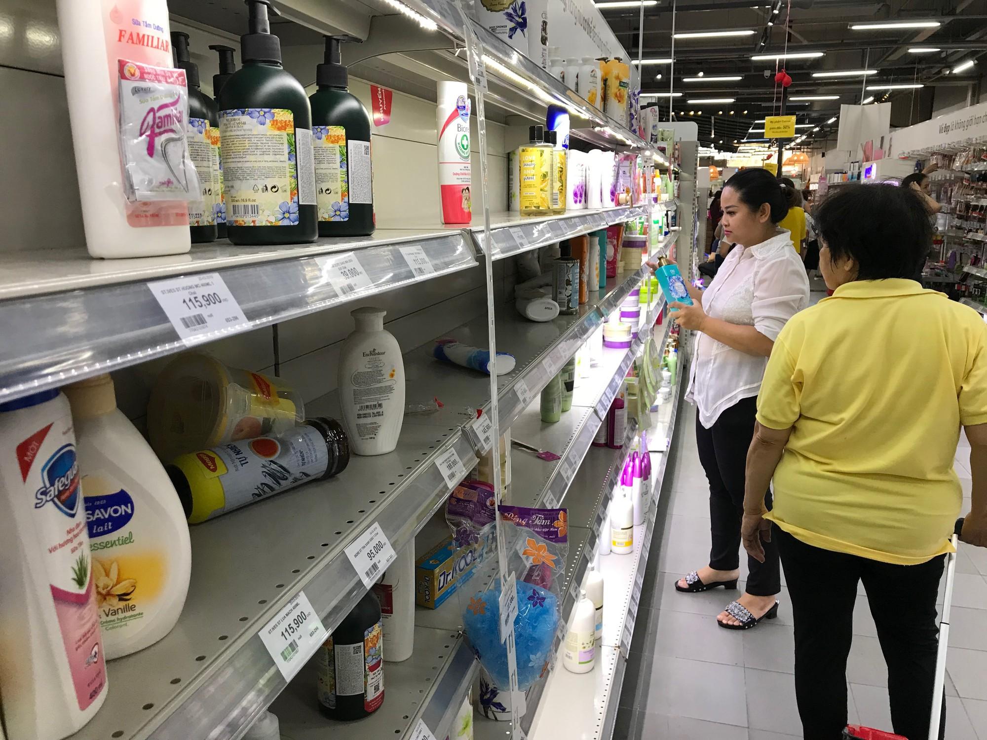 Auchan xả hàng trước khi tháo chạy khỏi Việt Nam, người dân ồ ạt vét sạch siêu thị, chờ hàng giờ chưa được thanh toán  - Ảnh 4.