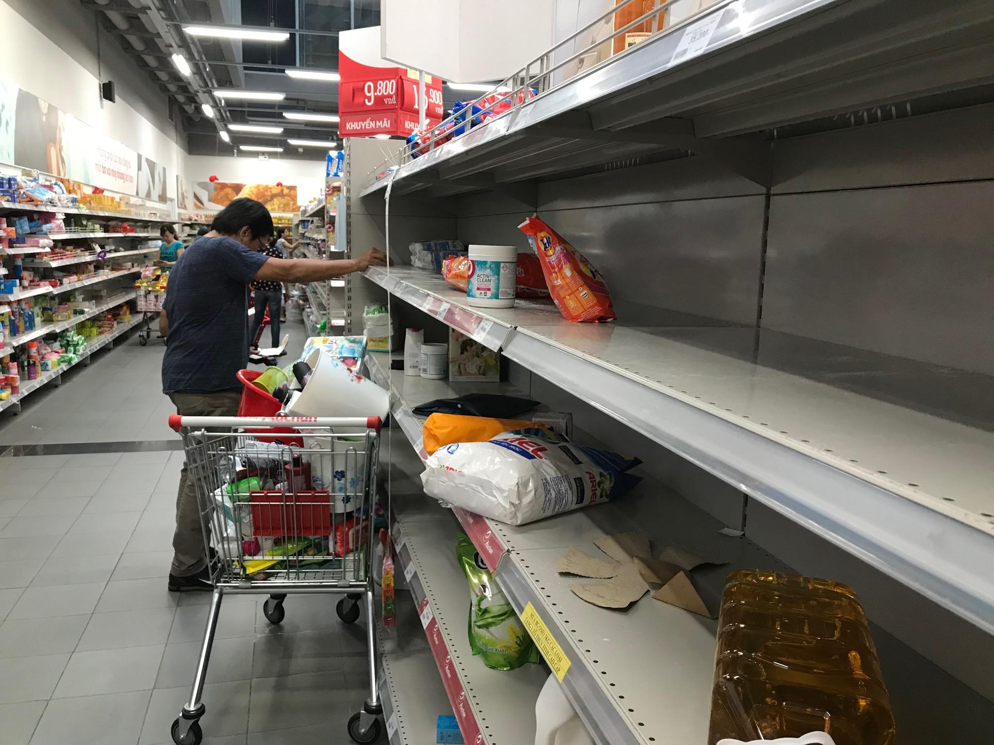 Auchan xả hàng trước khi tháo chạy khỏi Việt Nam, người dân ồ ạt vét sạch siêu thị, chờ hàng giờ chưa được thanh toán  - Ảnh 3.