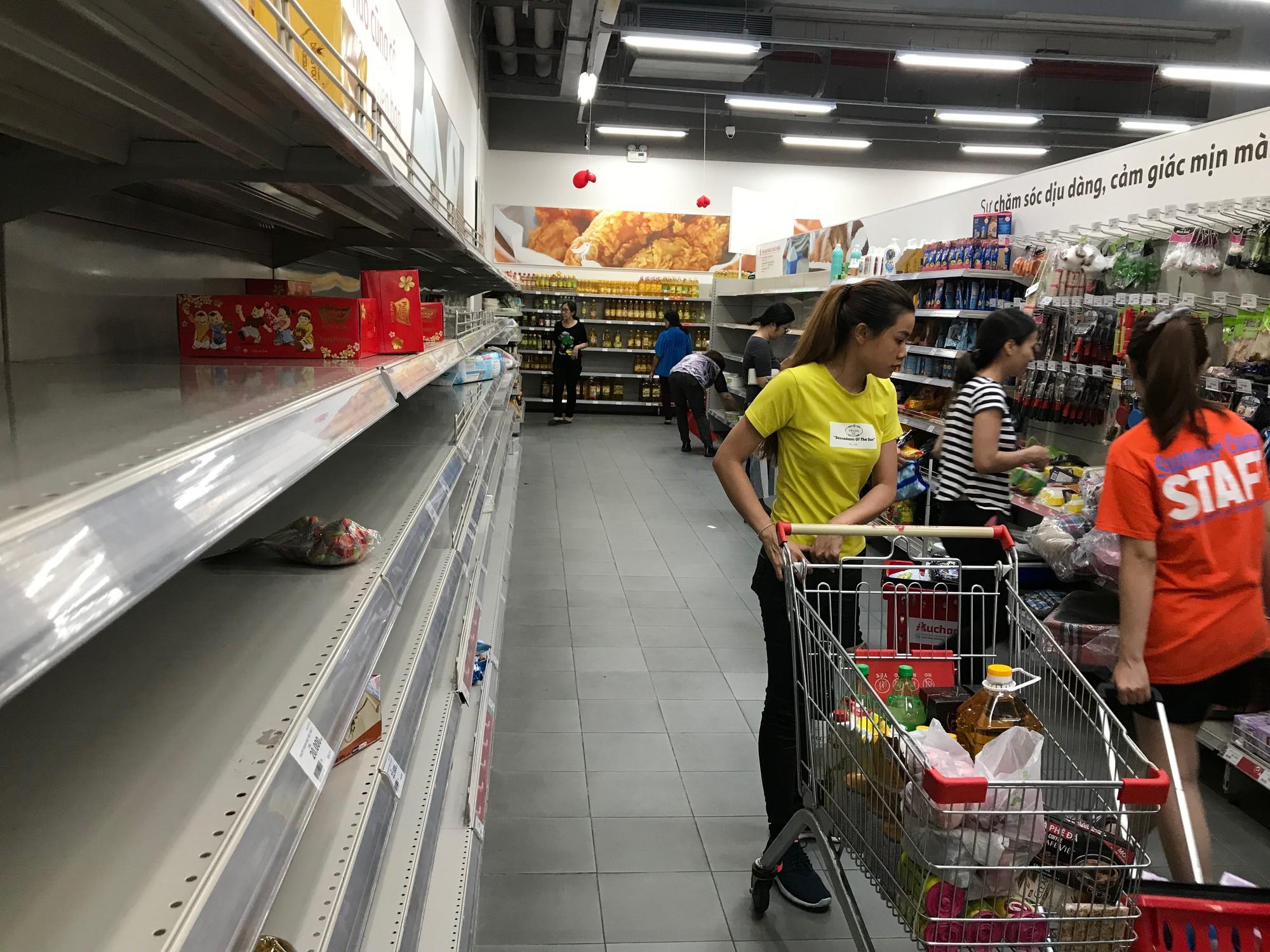 Auchan xả hàng trước khi tháo chạy khỏi Việt Nam, người dân ồ ạt vét sạch siêu thị, chờ hàng giờ chưa được thanh toán  - Ảnh 2.