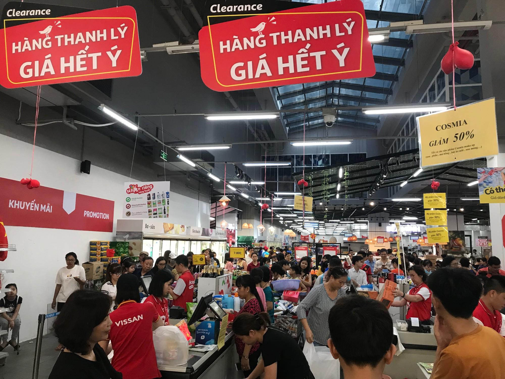 Auchan xả hàng trước khi tháo chạy khỏi Việt Nam, người dân ồ ạt vét sạch siêu thị, chờ hàng giờ chưa được thanh toán  - Ảnh 1.