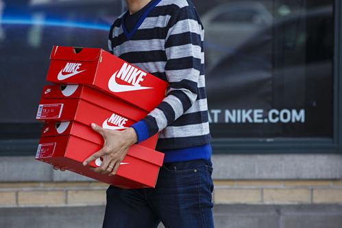 Nike, Adidas kêu gọi Trump không tăng thuế với giày dép từ Trung Quốc - Ảnh 1.