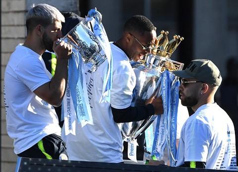 Manchester chuyển màu xanh trong lễ rước cúp của thầy trò Pep - Ảnh 2.
