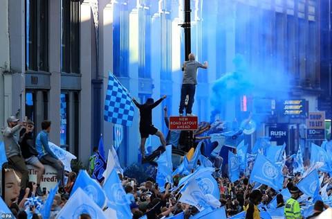 Manchester chuyển màu xanh trong lễ rước cúp của thầy trò Pep - Ảnh 8.
