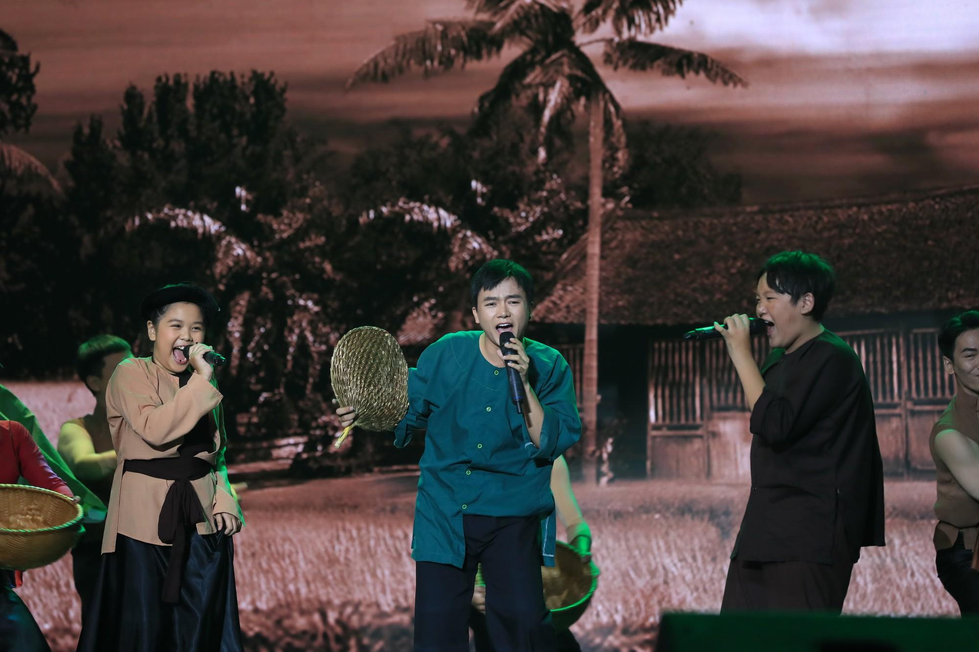 Bị gắn mác ca sĩ hội chợ, Hồ Việt Trung vẫn đưa học trò đăng quang quán quân Tuyệt đỉnh song ca nhí - Ảnh 6.