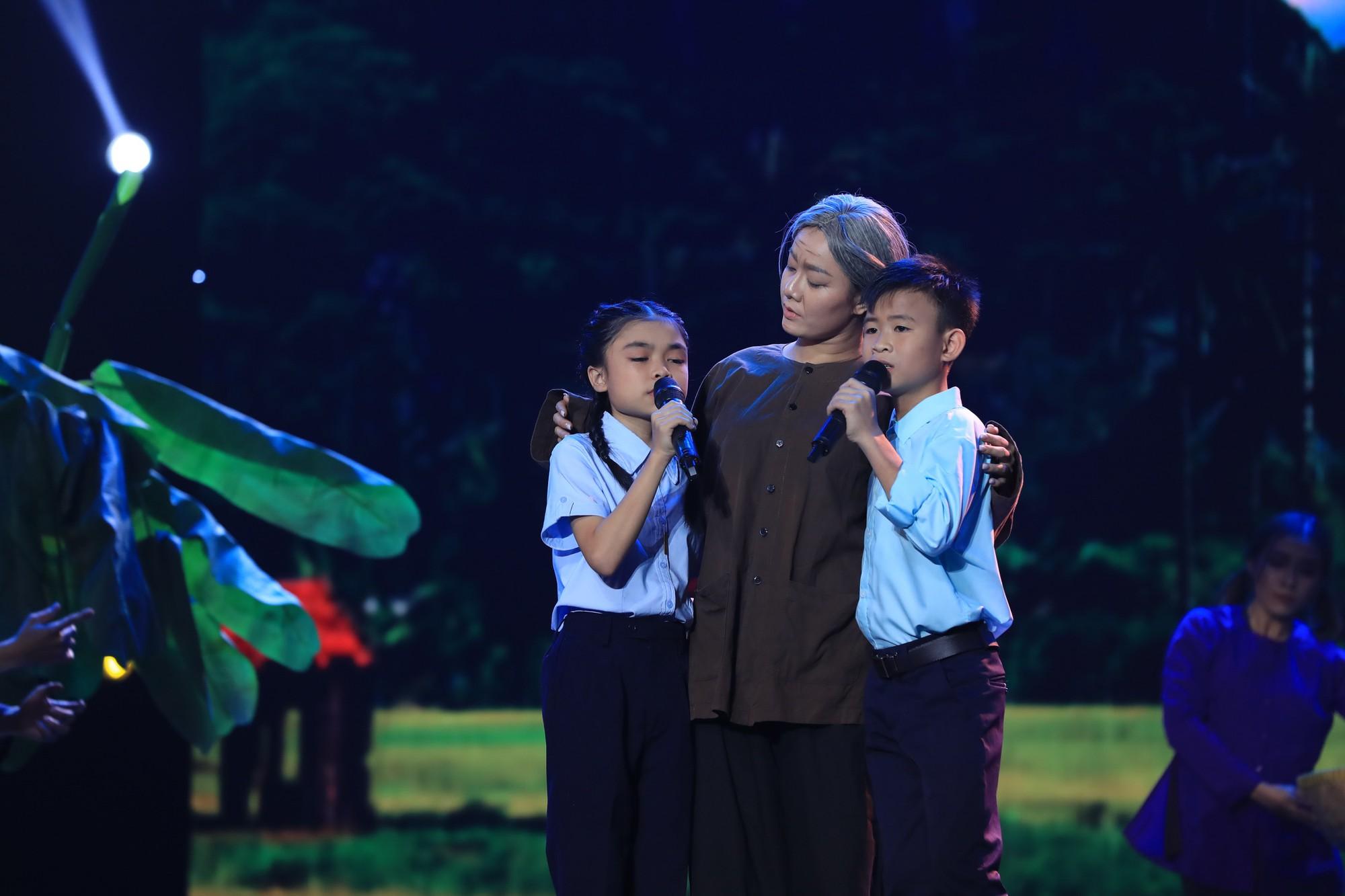 Bị gắn mác ca sĩ hội chợ, Hồ Việt Trung vẫn đưa học trò đăng quang quán quân Tuyệt đỉnh song ca nhí - Ảnh 2.