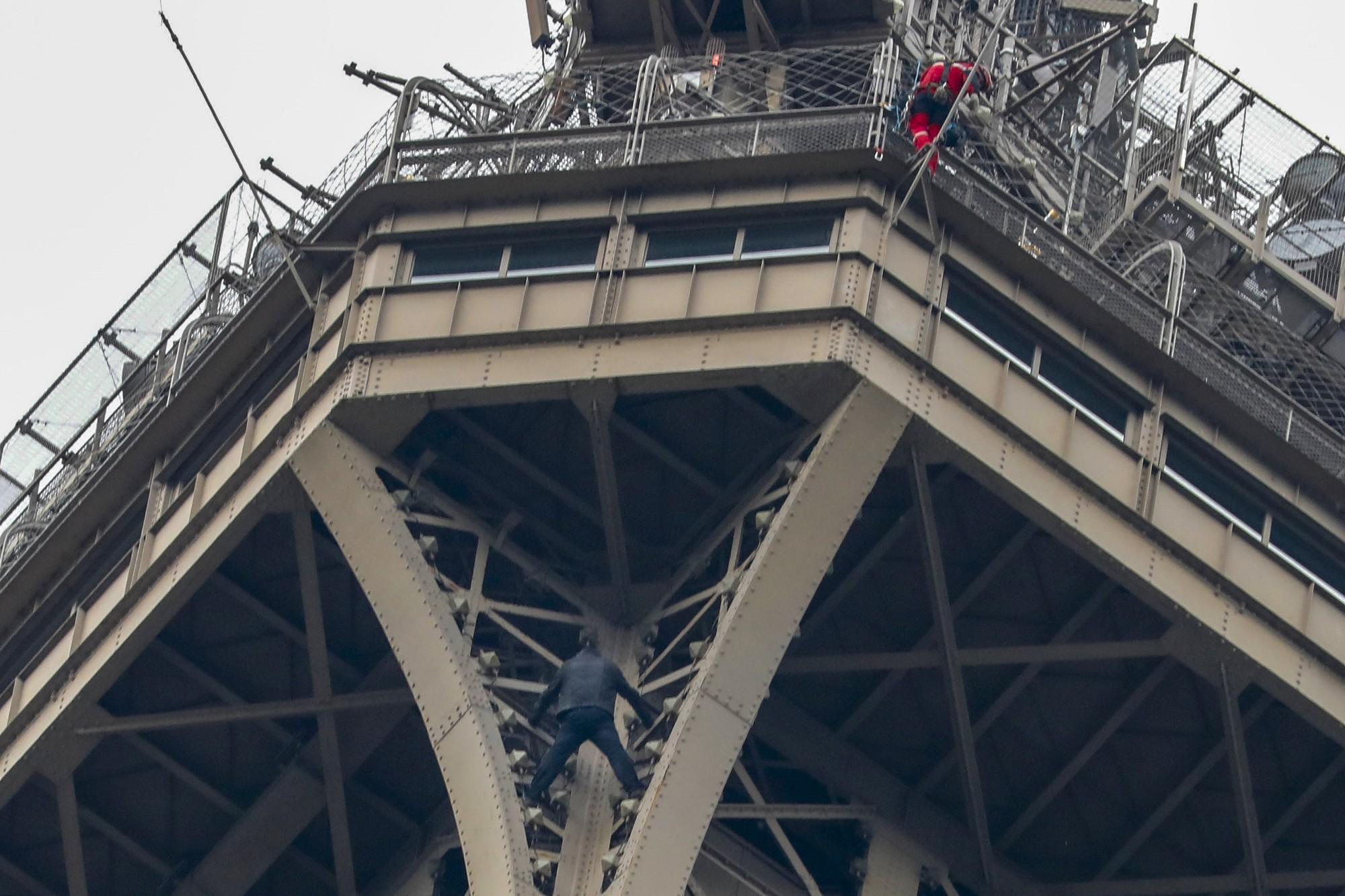 Khách du lịch phải sơ tán vì người đàn ông tự ý trèo lên Tháp Eiffel - Ảnh 2.