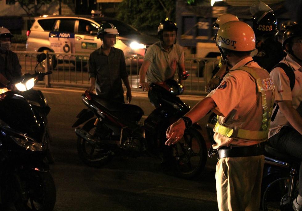 CSGT đo nồng độ cồn ngay phố nhậu, dân nhậu Sài Gòn quyết cố thủ không về - Ảnh 10.