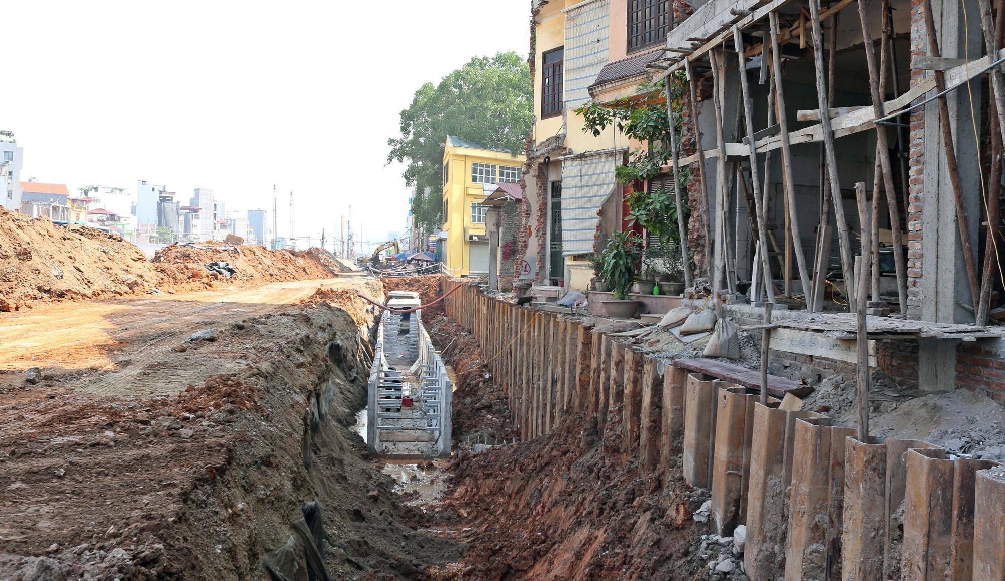 Hà Nội: Người dân bắc cầu vào nhà trên đường Phạm Văn Đồng - Ảnh 2.