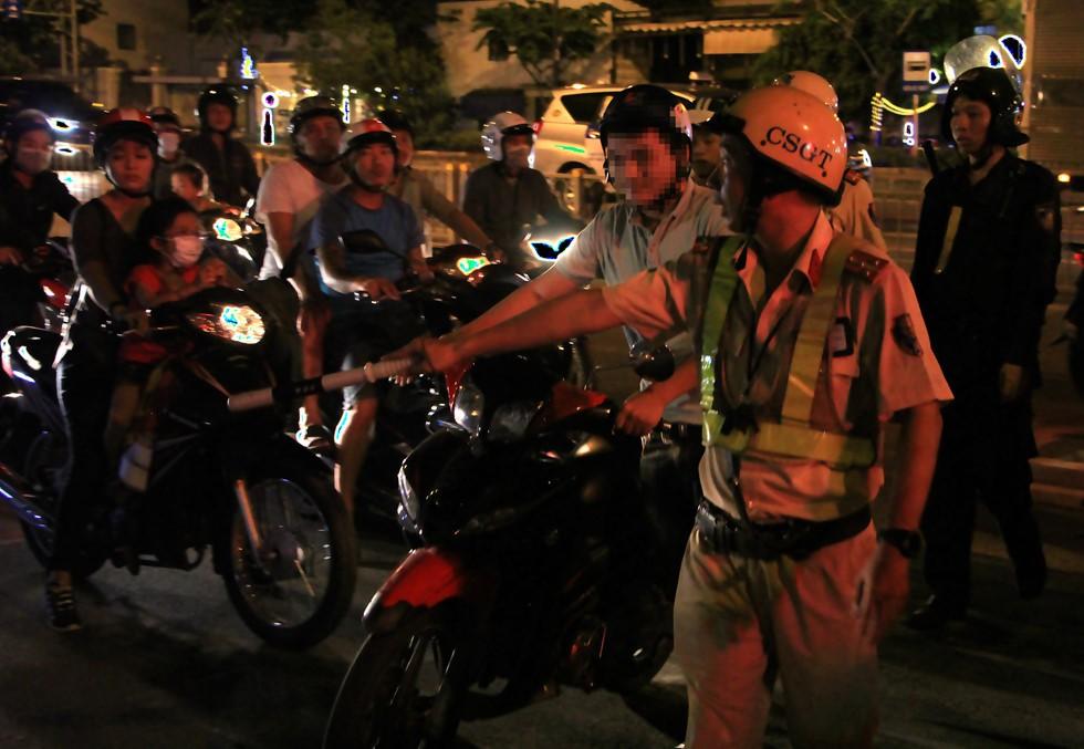 CSGT đo nồng độ cồn ngay phố nhậu, dân nhậu Sài Gòn quyết cố thủ không về - Ảnh 2.