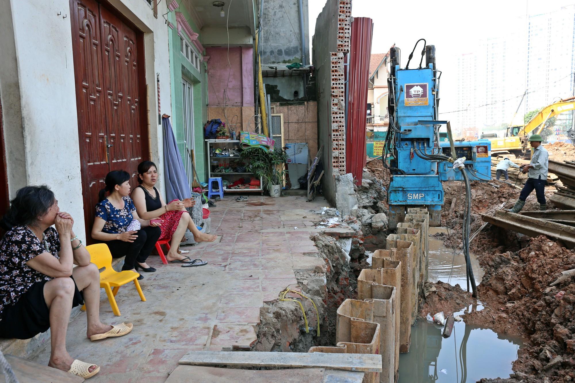 Hà Nội: Người dân bắc cầu vào nhà trên đường Phạm Văn Đồng - Ảnh 3.