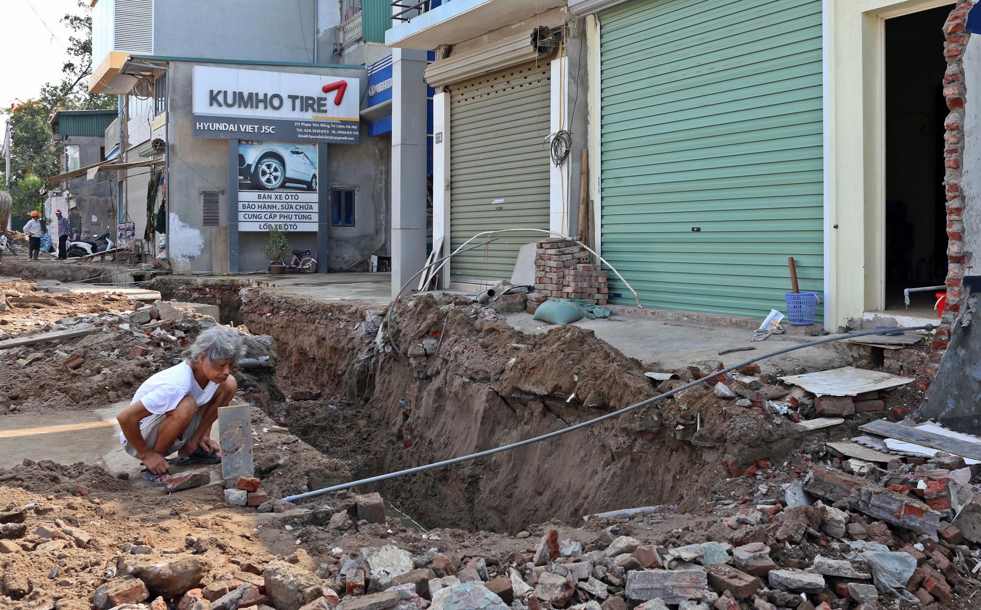 Hà Nội: Người dân bắc cầu vào nhà trên đường Phạm Văn Đồng - Ảnh 4.
