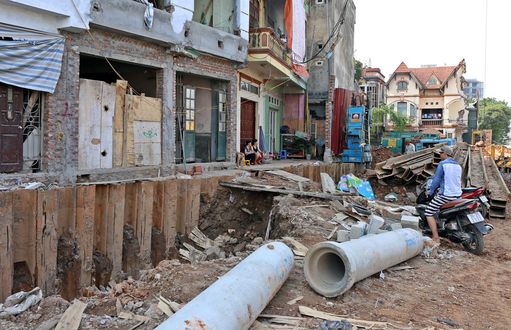 Hà Nội: Người dân bắc cầu vào nhà trên đường Phạm Văn Đồng - Ảnh 5.