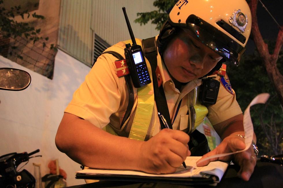 CSGT đo nồng độ cồn ngay phố nhậu, dân nhậu Sài Gòn quyết cố thủ không về - Ảnh 5.