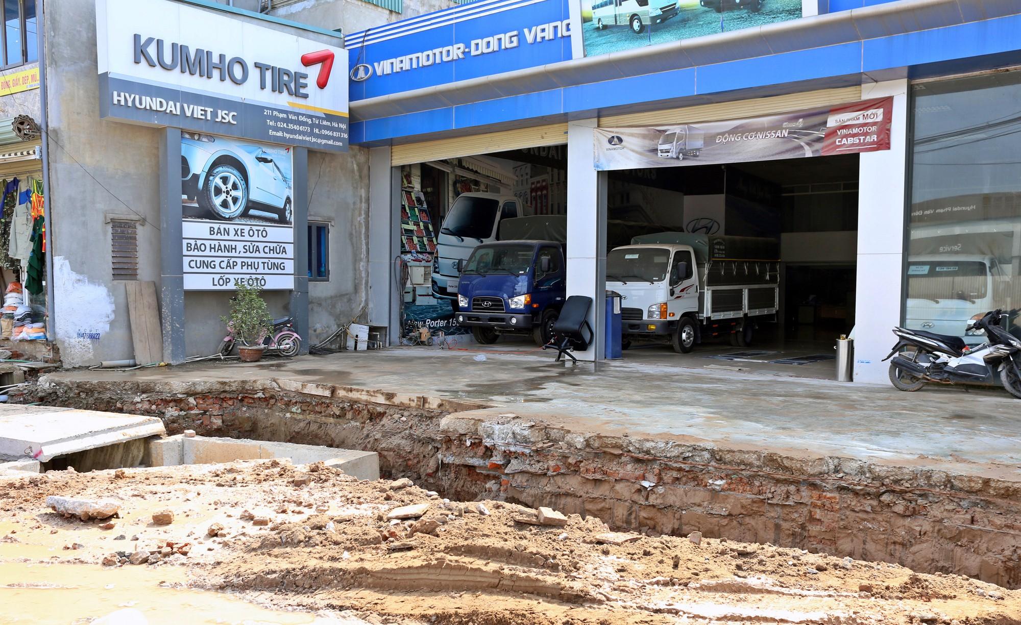 Hà Nội: Người dân bắc cầu vào nhà trên đường Phạm Văn Đồng - Ảnh 6.