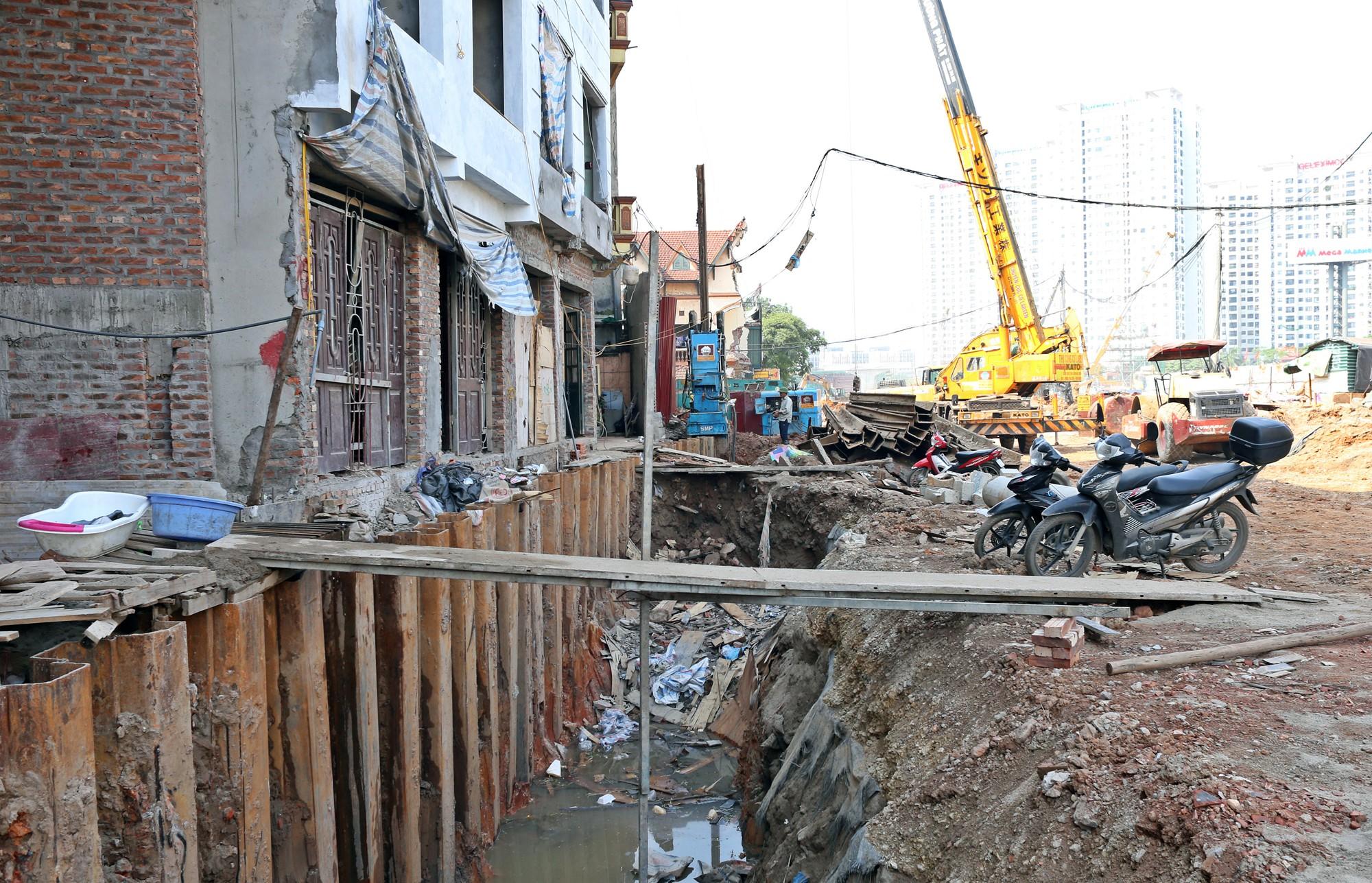 Hà Nội: Người dân bắc cầu vào nhà trên đường Phạm Văn Đồng - Ảnh 7.