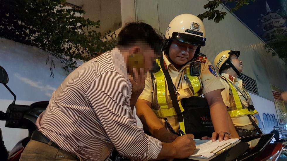 CSGT đo nồng độ cồn ngay phố nhậu, dân nhậu Sài Gòn quyết cố thủ không về - Ảnh 7.