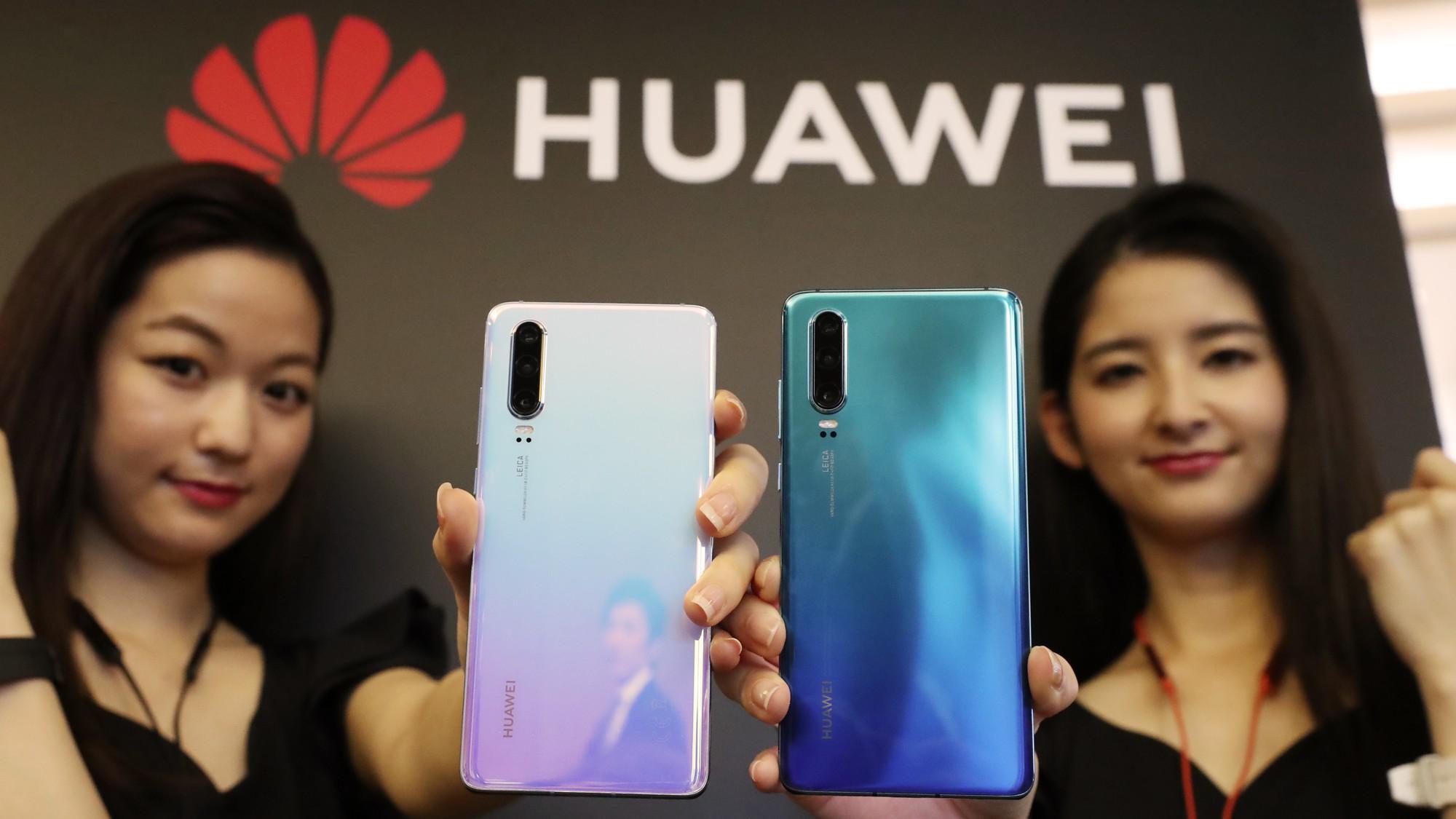 Hai nhà mạng lớn nhất Nhật Bản tuyên bố dừng bán các máy điện thoại Huawei - Ảnh 1.
