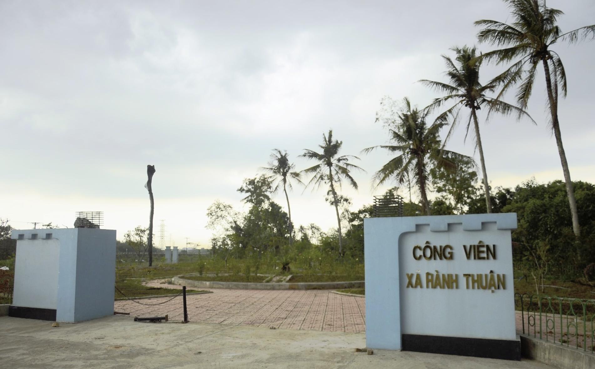 Quảng Ngãi: Dân chê công viên làm 1 tỉ đồng lãng phí, cỏ dại mọc um tùm - Ảnh 1.
