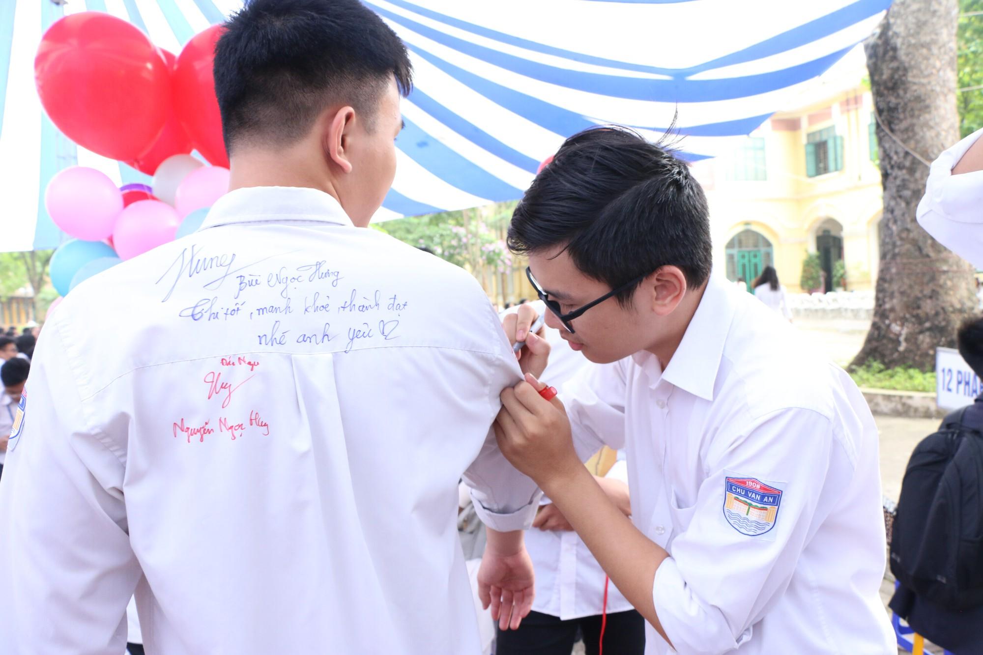 Ngắm nữ sinh Trường Chu Văn An duyên dáng, đẹp tinh khôi trong ngày bế giảng - Ảnh 2.