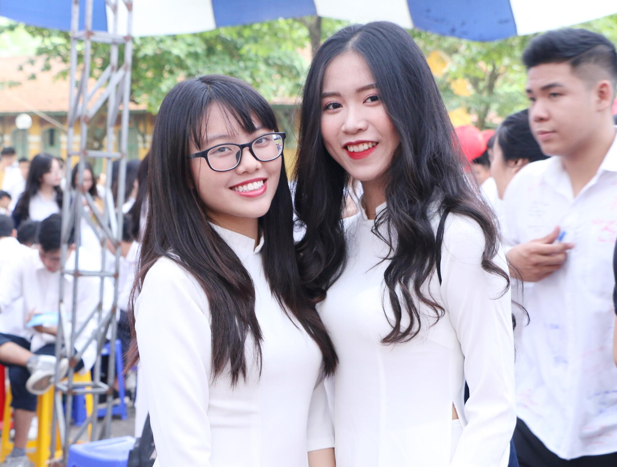 Ngắm nữ sinh Trường Chu Văn An duyên dáng, đẹp tinh khôi trong ngày bế giảng - Ảnh 1.