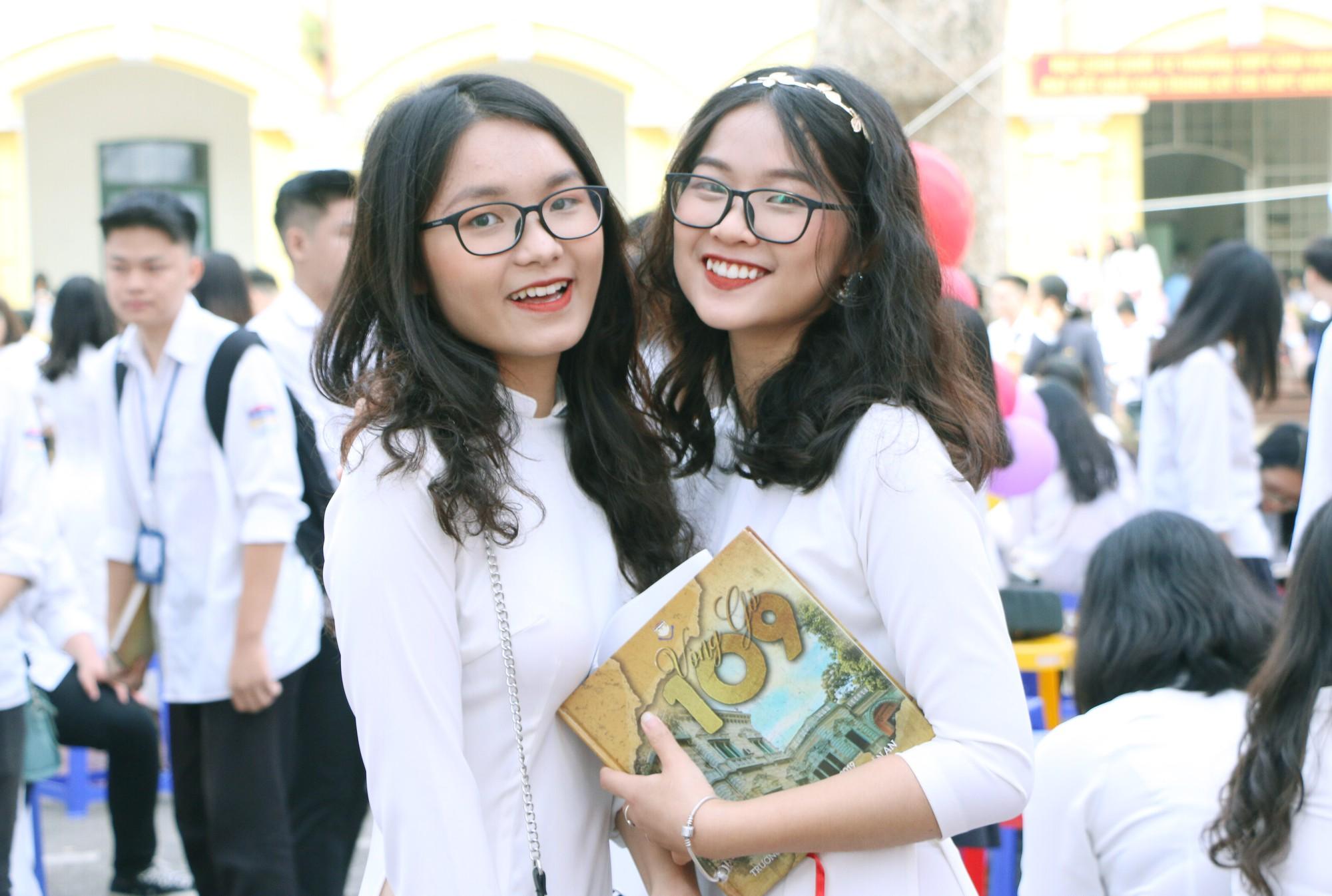 Ngắm nữ sinh Trường Chu Văn An duyên dáng, đẹp tinh khôi trong ngày bế giảng - Ảnh 3.