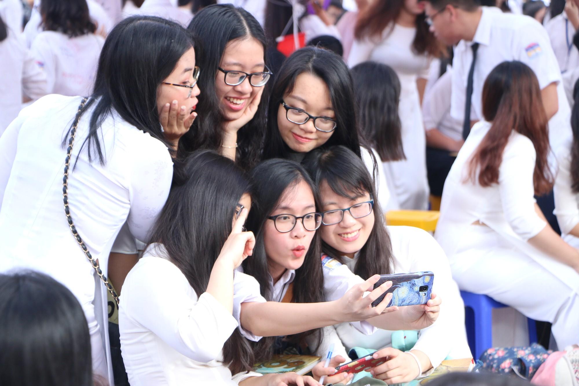Ngắm nữ sinh Trường Chu Văn An duyên dáng, đẹp tinh khôi trong ngày bế giảng - Ảnh 4.