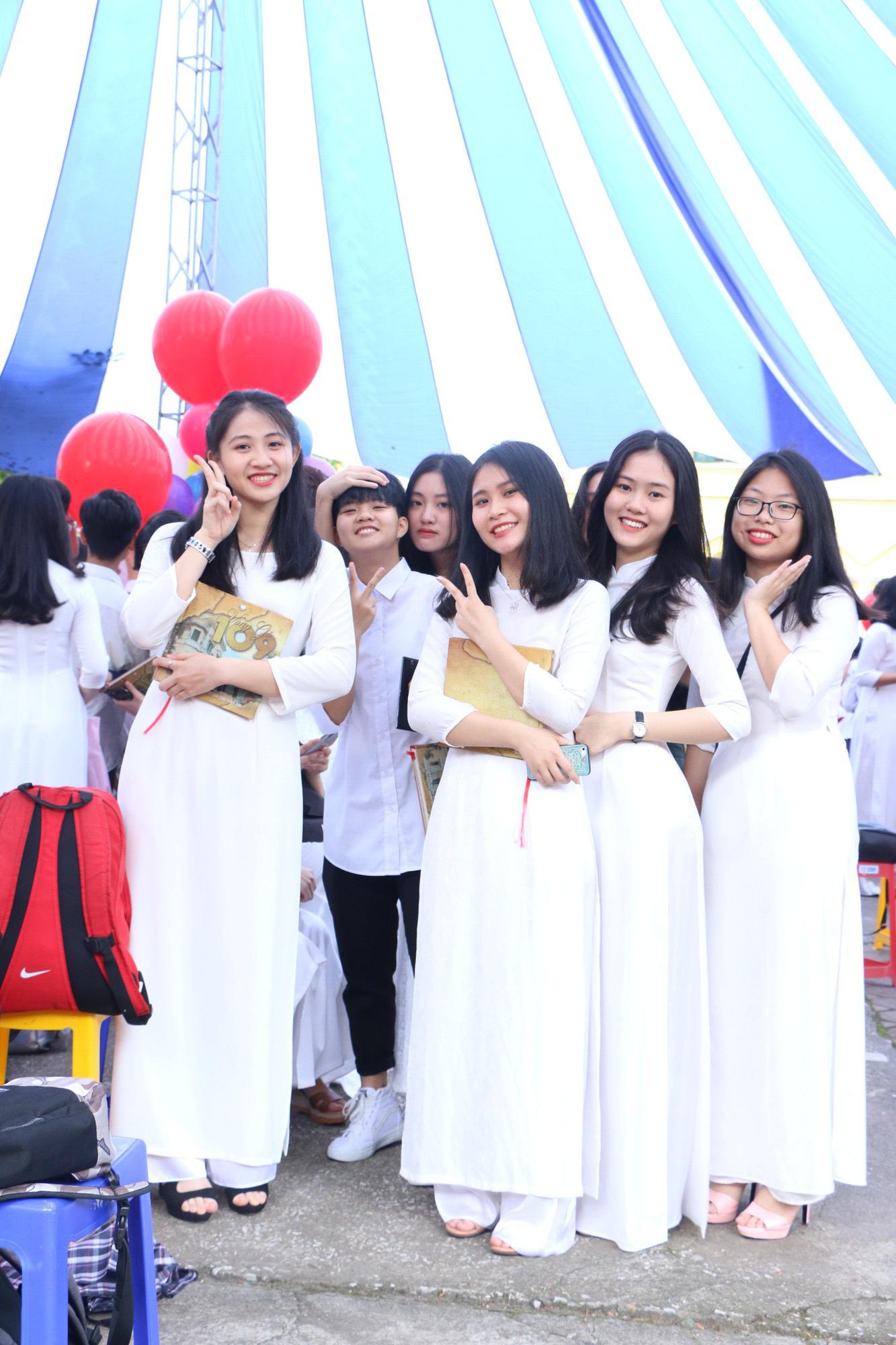 Ngắm nữ sinh Trường Chu Văn An duyên dáng, đẹp tinh khôi trong ngày bế giảng - Ảnh 5.