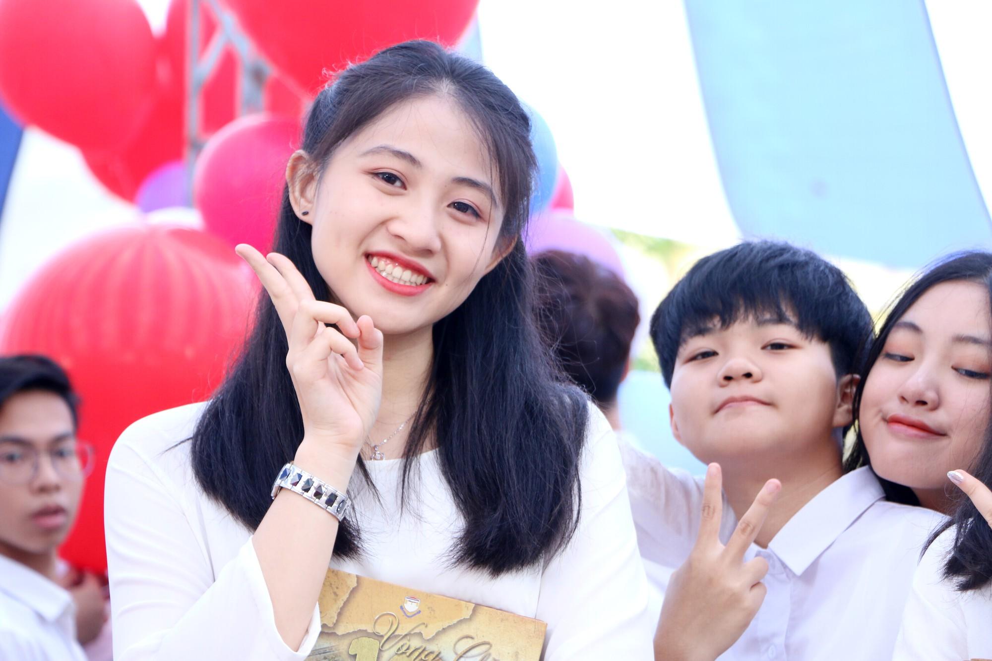 Ngắm nữ sinh Trường Chu Văn An duyên dáng, đẹp tinh khôi trong ngày bế giảng - Ảnh 6.