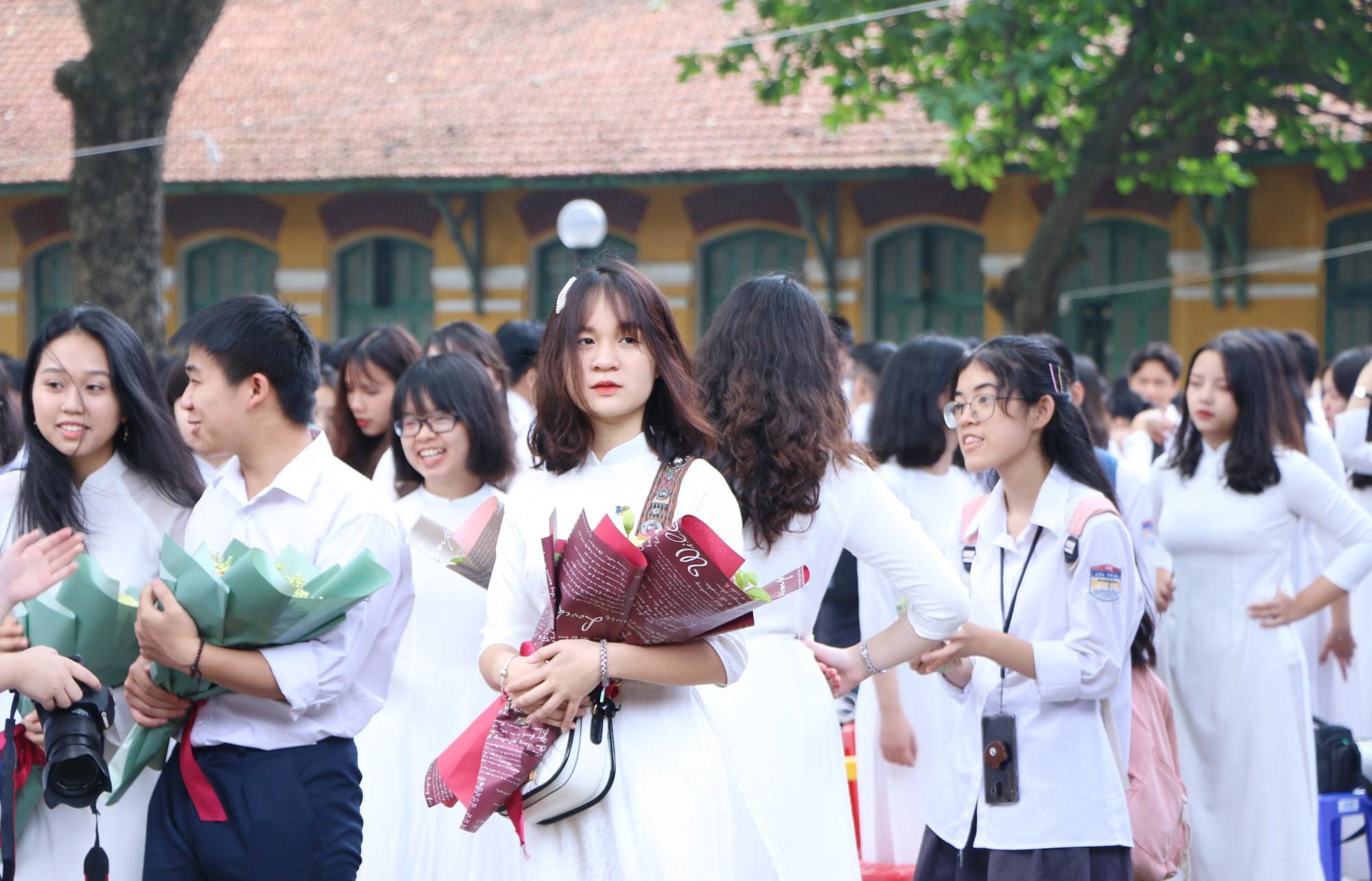 Ngắm nữ sinh Trường Chu Văn An duyên dáng, đẹp tinh khôi trong ngày bế giảng - Ảnh 7.