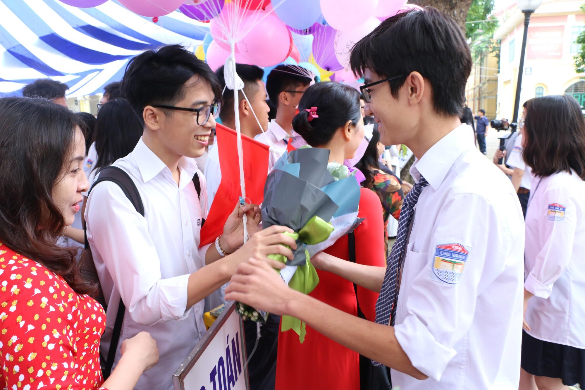 Ngắm nữ sinh Trường Chu Văn An duyên dáng, đẹp tinh khôi trong ngày bế giảng - Ảnh 8.