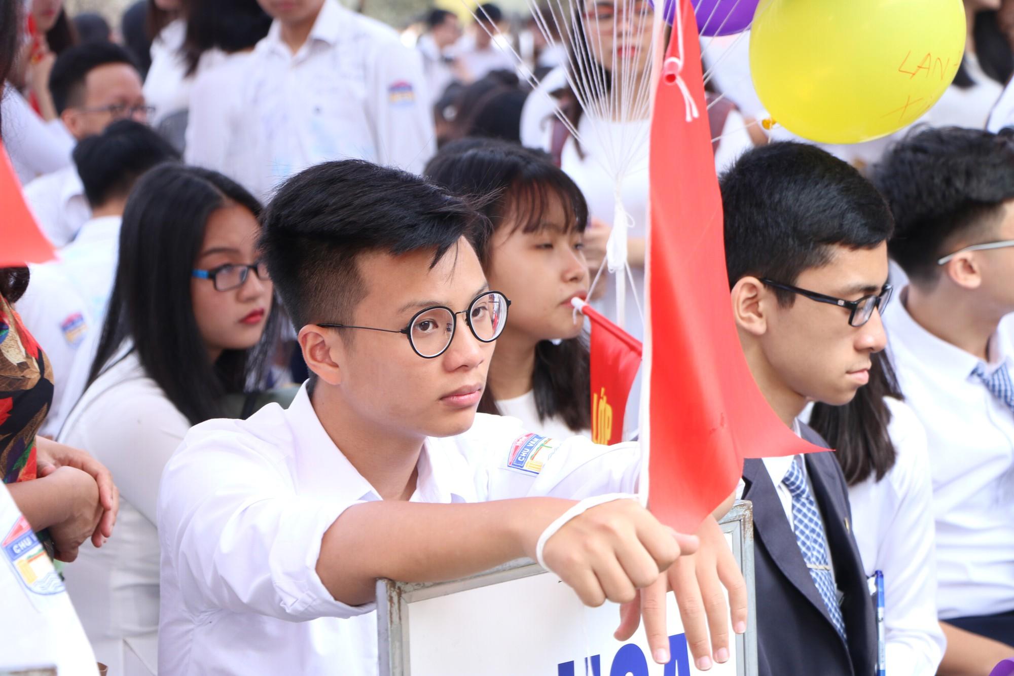 Ngắm nữ sinh Trường Chu Văn An duyên dáng, đẹp tinh khôi trong ngày bế giảng - Ảnh 9.