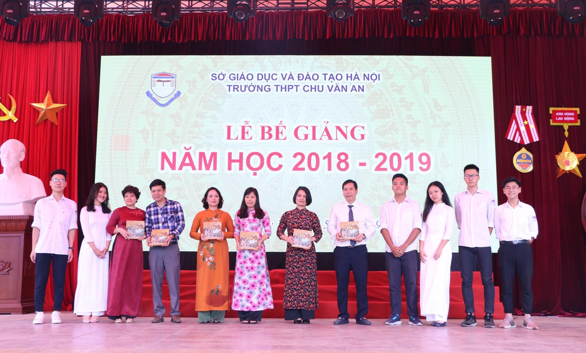 Ngắm nữ sinh Trường Chu Văn An duyên dáng, đẹp tinh khôi trong ngày bế giảng - Ảnh 11.