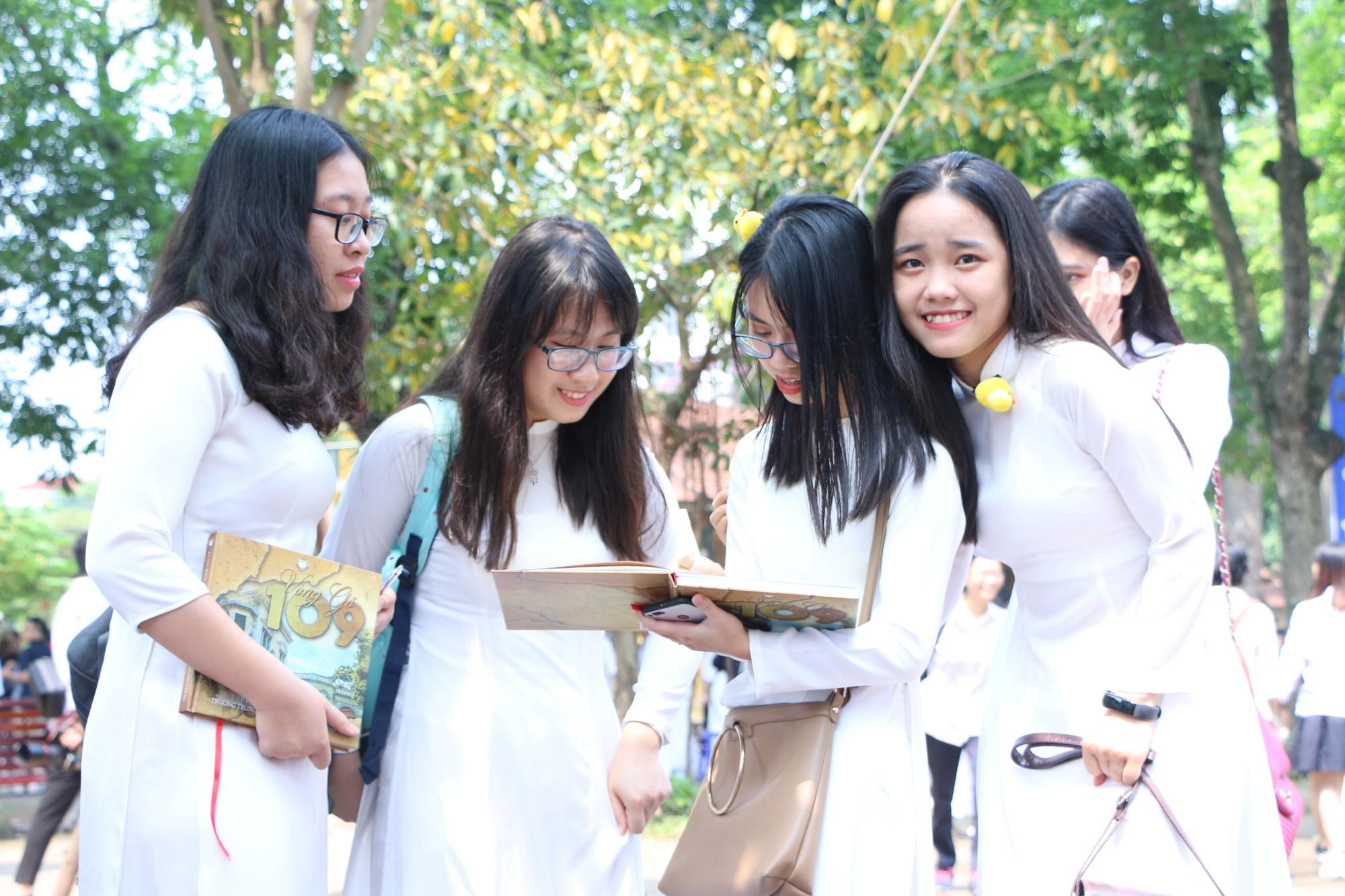 Ngắm nữ sinh Trường Chu Văn An duyên dáng, đẹp tinh khôi trong ngày bế giảng - Ảnh 15.