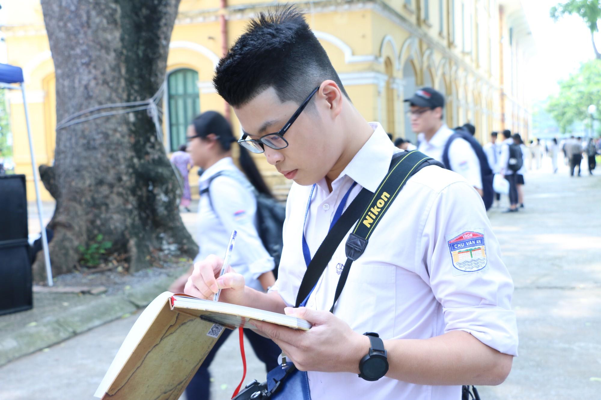 Ngắm nữ sinh Trường Chu Văn An duyên dáng, đẹp tinh khôi trong ngày bế giảng - Ảnh 16.
