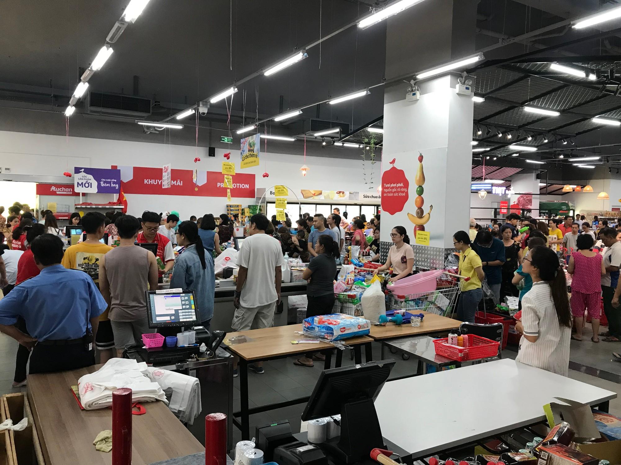 Tranh vét siêu thị Auchan trước ngày đóng cửa, người dùng Việt xấu xí vứt hàng bừa bãi, ăn bánh, uống nước không trả tiền  - Ảnh 5.