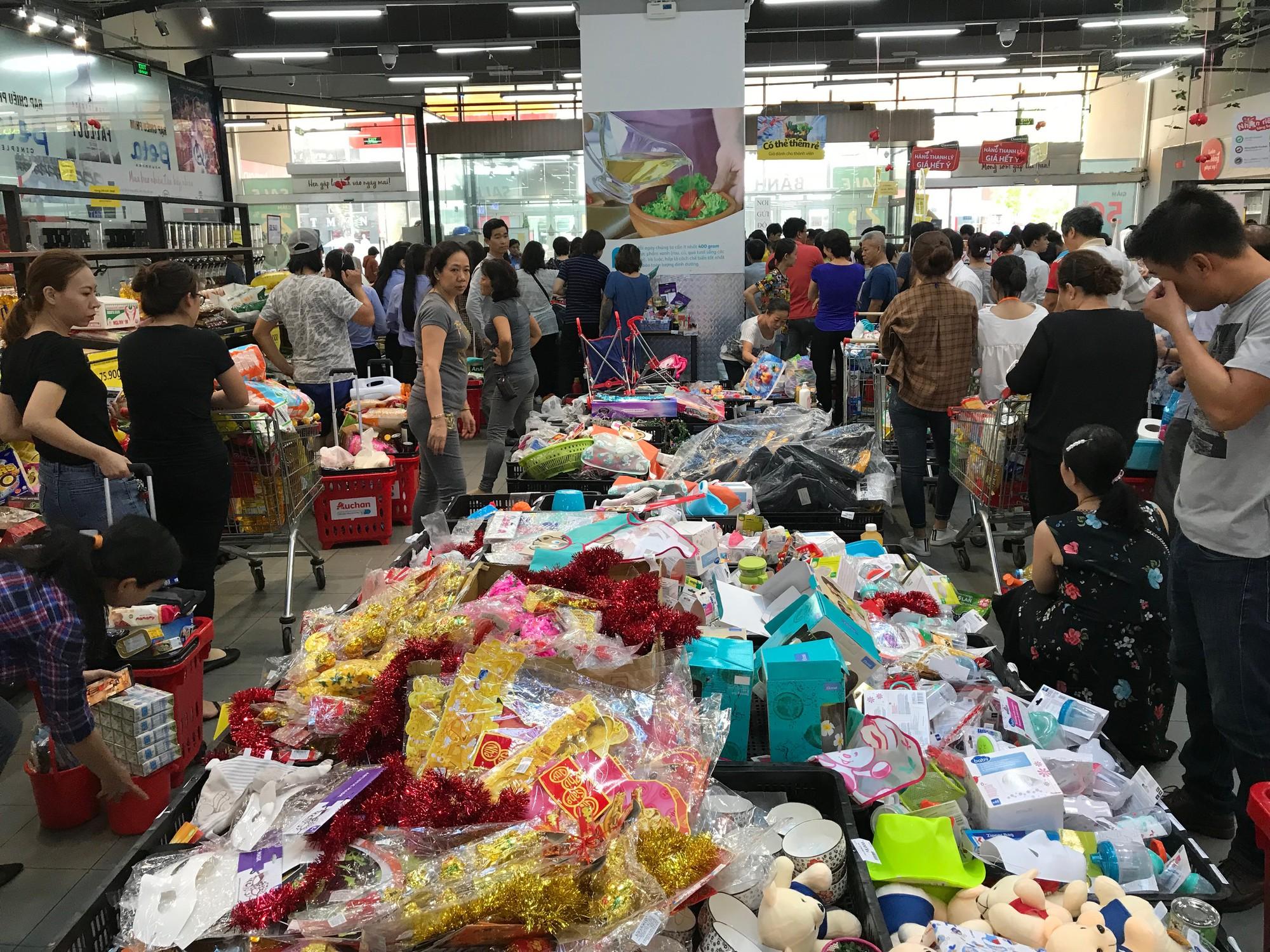 Tranh vét siêu thị Auchan trước ngày đóng cửa, người dùng Việt xấu xí vứt hàng bừa bãi, ăn bánh, uống nước không trả tiền  - Ảnh 1.