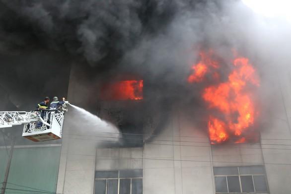 Lửa vẫn cháy cuồn cuộn ở khu công nghiệp sau 5 giờ - Ảnh 1.