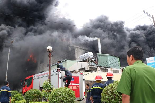 Lửa vẫn cháy cuồn cuộn ở khu công nghiệp sau 5 giờ - Ảnh 3.