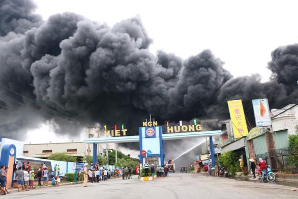 Lửa vẫn cháy cuồn cuộn ở khu công nghiệp sau 5 giờ - Ảnh 4.