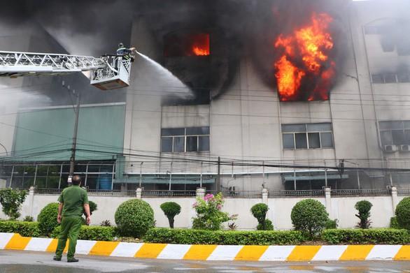 Lửa vẫn cháy cuồn cuộn ở khu công nghiệp sau 5 giờ - Ảnh 6.