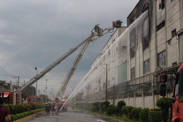 Lửa vẫn cháy cuồn cuộn ở khu công nghiệp sau 5 giờ - Ảnh 7.