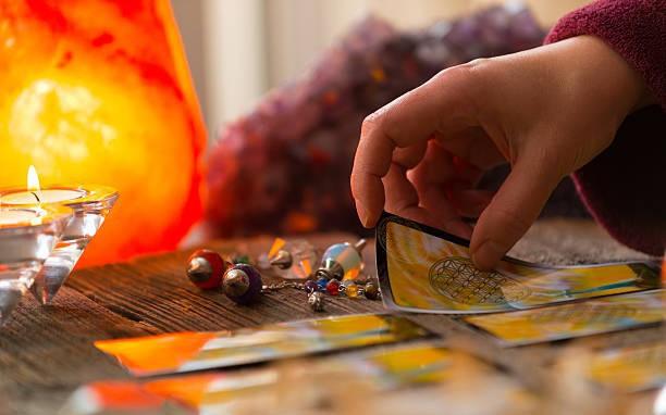 Tử vi hôm nay (23/5) qua lá bài Tarot: Tình duyên, sự nghiệp mơ hồ